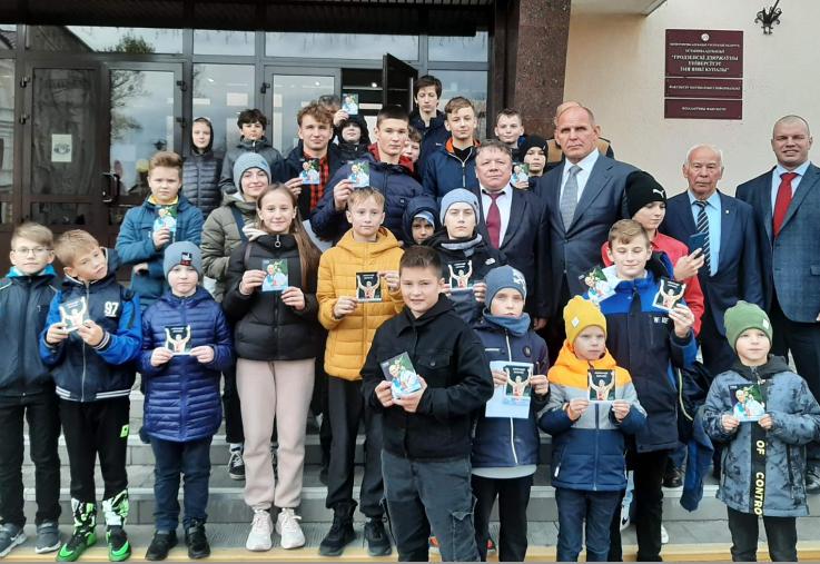 Александр Карелин вдохновил спортсменов СДЮШОР профсоюзов на упорный, ежедневный труд, который обязательно приведёт к победе.